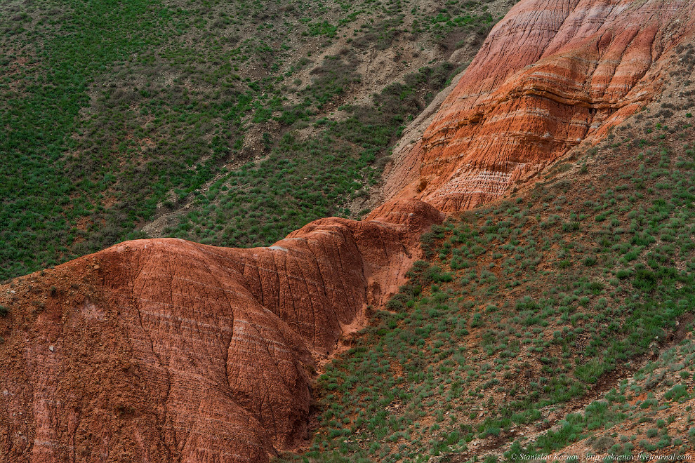 7. Подножие её лежит на два десятка метров ниже уровня моря, а вершина — примерно на 130 выше.