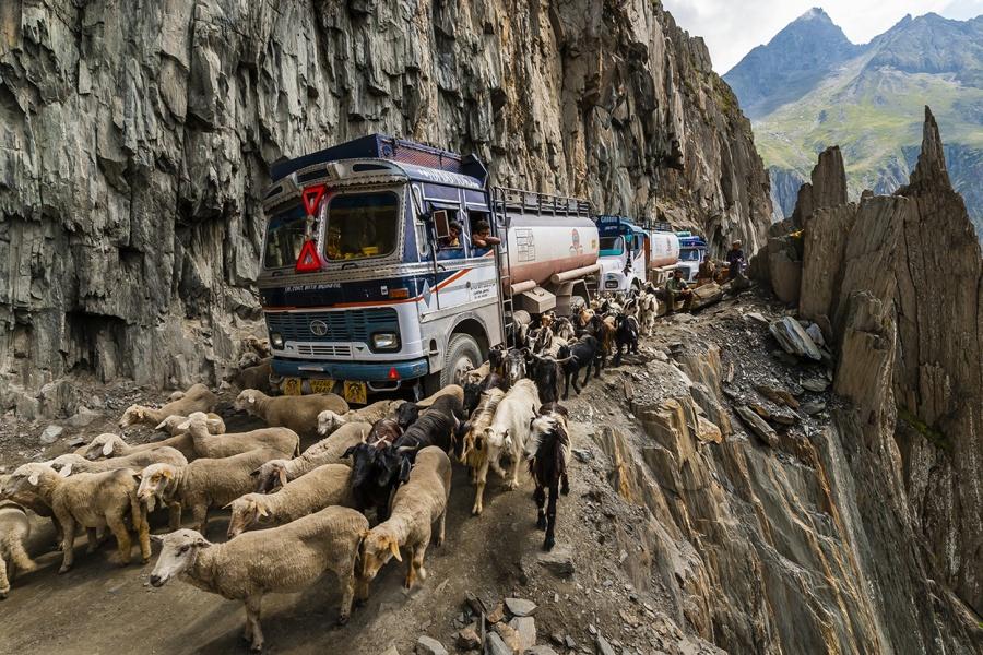 dnpmag.com Дорога протяженностью 9километров связывает населенные пункты Ладакх иКашмир. Помимо вс