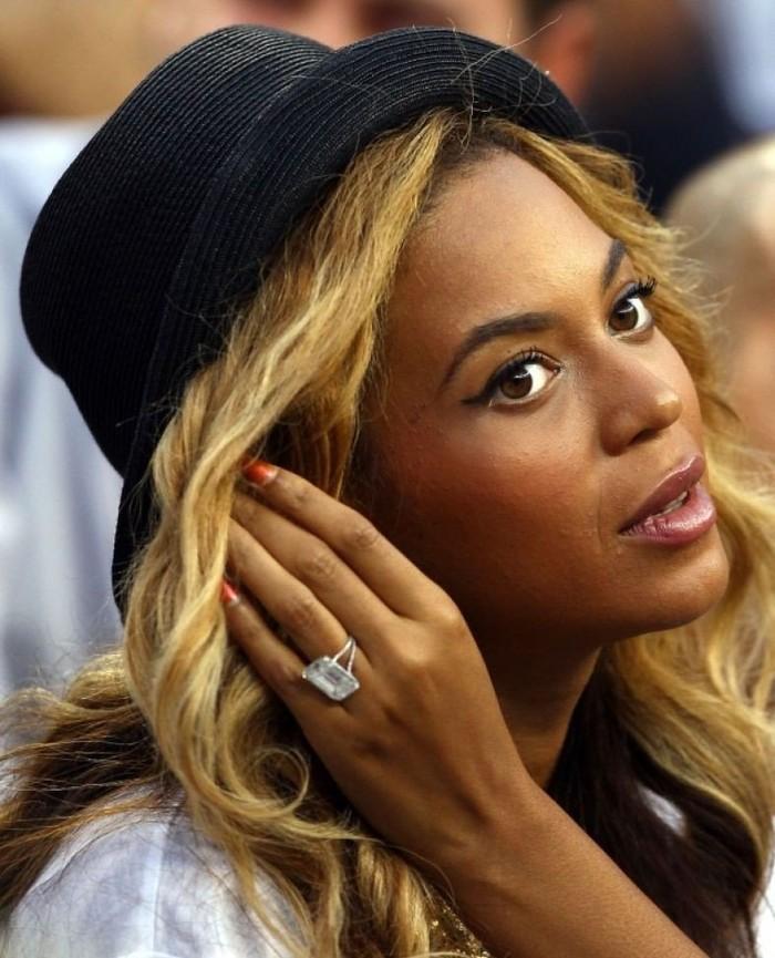 9. Бейонсе, 5 млн долларов Рэпер Jay-Z так долго ухаживал за певицей Бейонсе, что поклонники начали