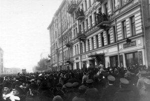 Демонстрация в связи с проводами гроба с телом князя С.Н.Трубецкого проходит по Суворовскому проспекту у 5-й Рождественской улицы.