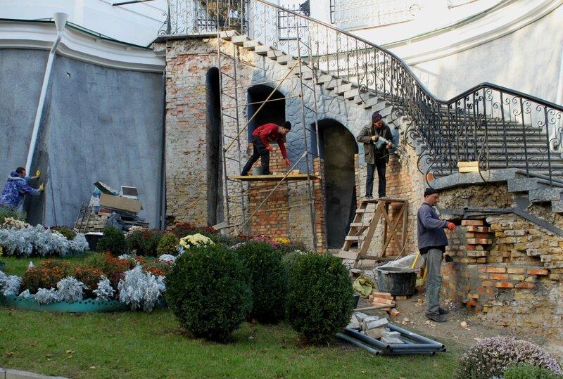 Реставрация лестницы в Ближних пещерах