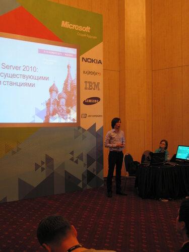 Максим Югай пытается рассказать про интеграцию Lync 2010 с существующими станциями.