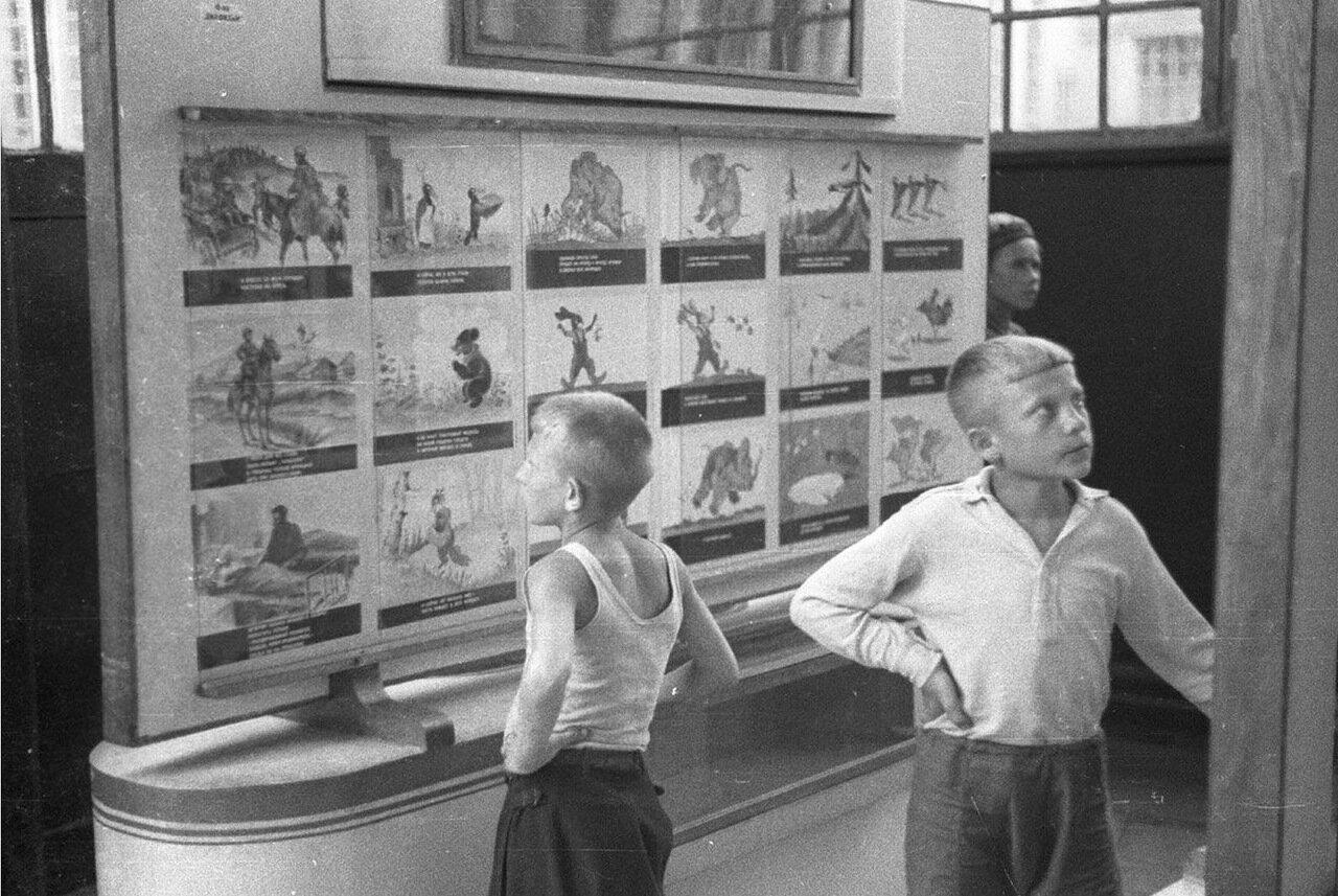 08. Детский городок. База пионеров и школьников. Дети разглядывают рисунки