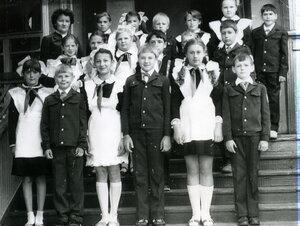 Всем классом на крыльце - 1 сентября 1986г. (Добавлено Эля)