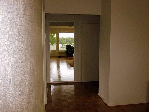 Зеркало в белой раме находится в коридоре, а в нем отражается самая бесценная моя роскошь - чистое озеро