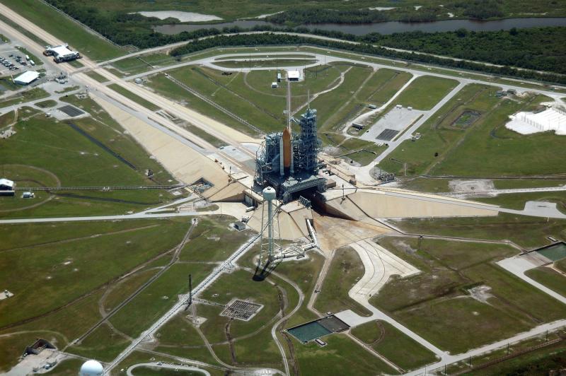 28. Аэрофотосъемка части гигантского комплекса Космического центра имени Кеннеди. На снимке видно зд