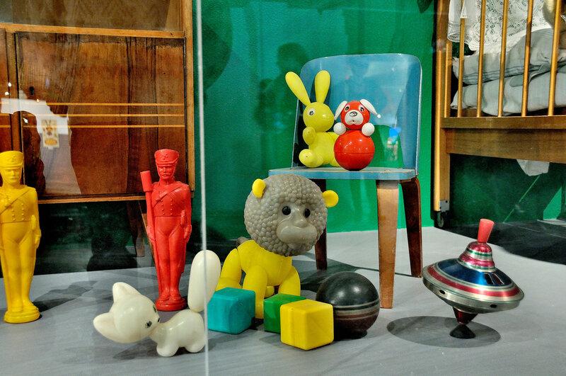 Резиновый мяч, юла и игрушки из пластмассы