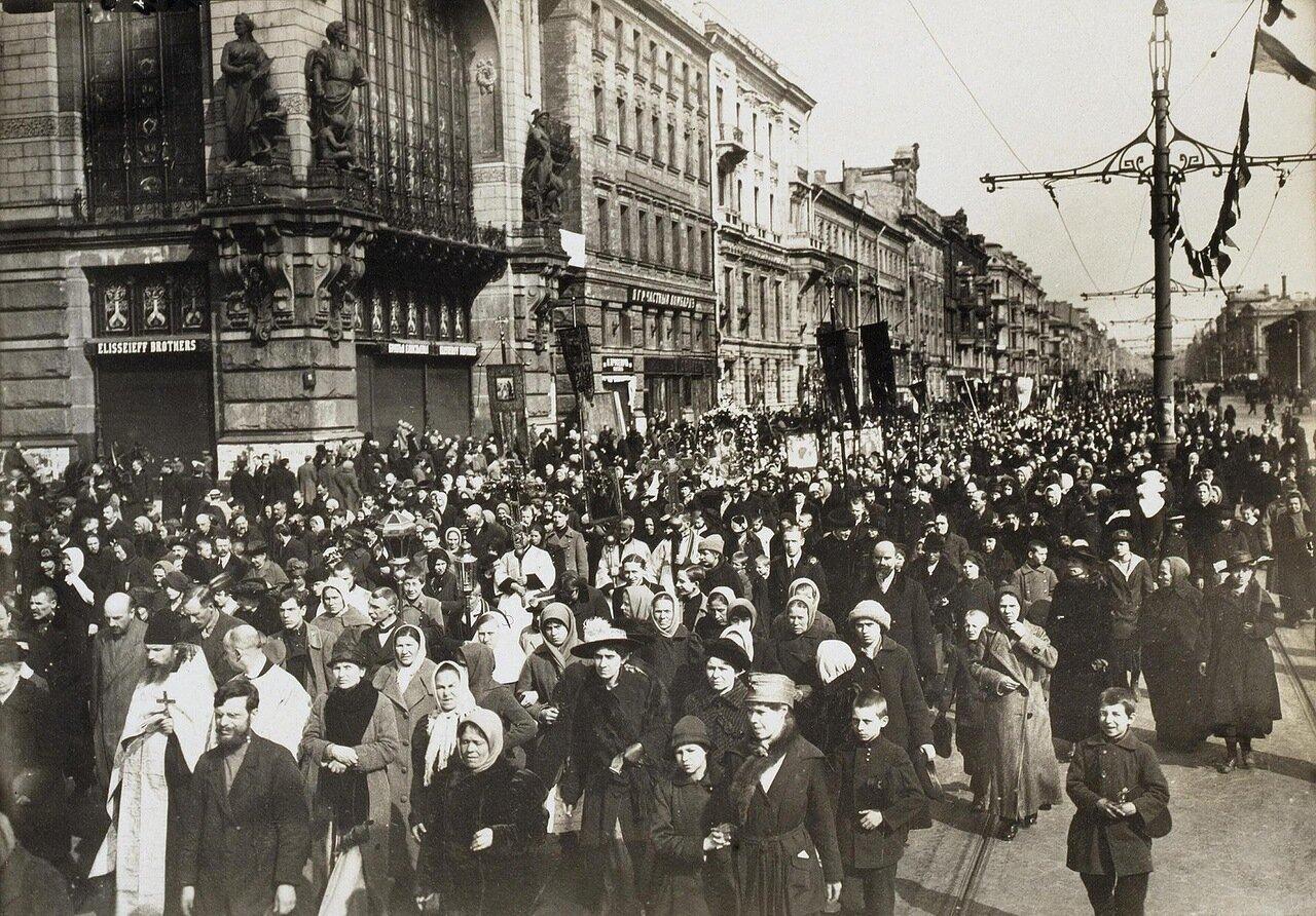 Крестный ход на Невском проспекте по случаю отделения церкви от государства. 1918