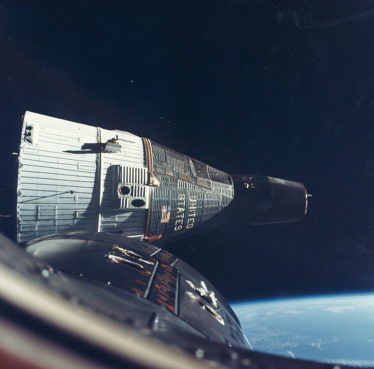 1965, декабрь. После сближения с Джемини-7 оба корабля на протяжении трех витков совершали маневры, находясь на расстоянии от 90 м до 0.3 м друг от друга
