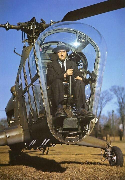 1945. Сикорский в вертолете Sikorsky H-5.jpg