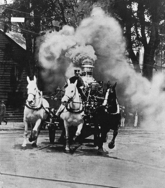 Пожарный экипаж с паровым насосом выезжает на тушение пожара, США, 1910-е.jpg