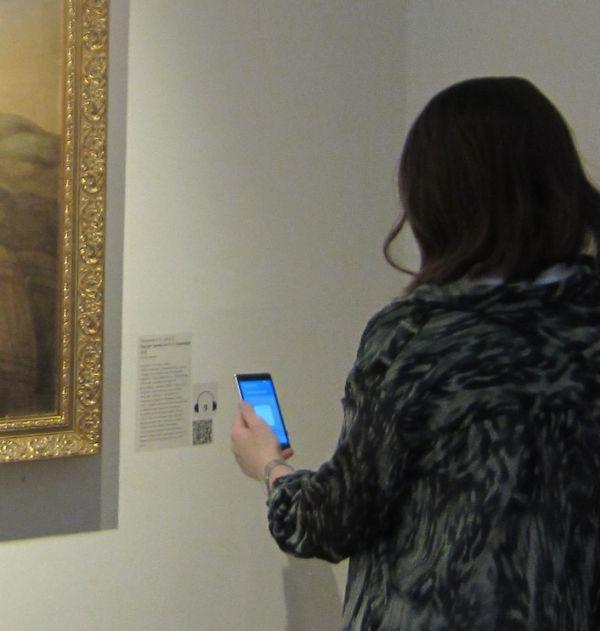 Девушка сканирует QR-код