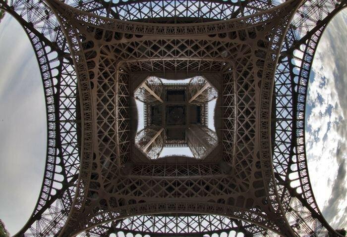 Эйфелева башня. Вид снизу | Фотографии достопримечательностей с необычного ракурса