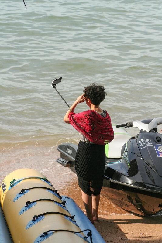 Туристка из Китая делает селфи
