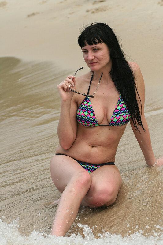 Девушка позирует на берегу