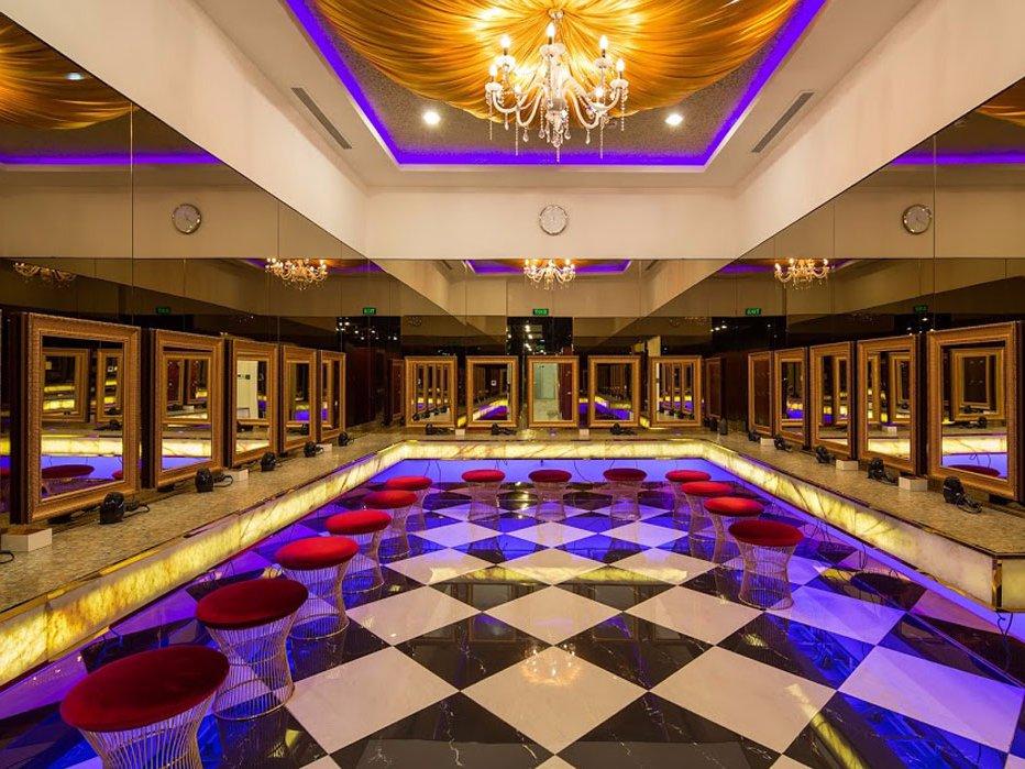 Клиенты могут привести себя в порядок вот в таком потрясающем зале с золотой отделкой. Также им дост