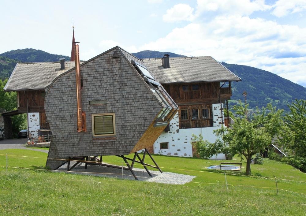 Дизайнеры наславу потрудились над домом, который создан для того, чтобы стоять именно нахолме: фор