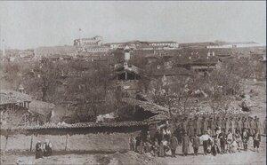Общая панорама Софии 1878 года с русскими воинами на переднем плане. В глубине - церковь Святой Софии