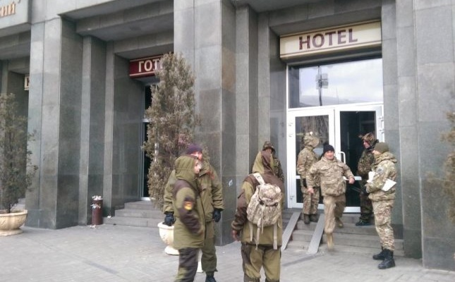 Протестующие обещали освободить отель «Казацкий» после вече в19:00,— Федичев
