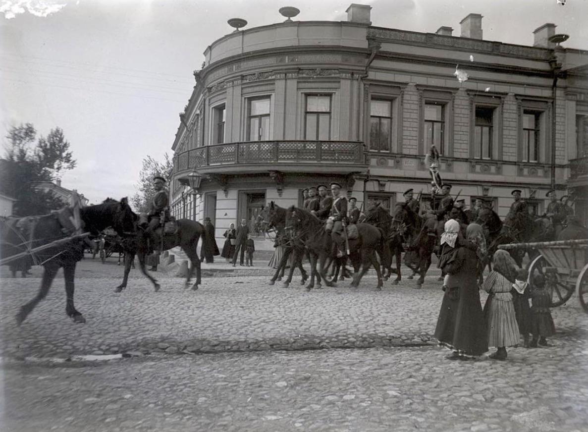 418873 Прохождение конного отряда по Смоленскому бульвару.jpg