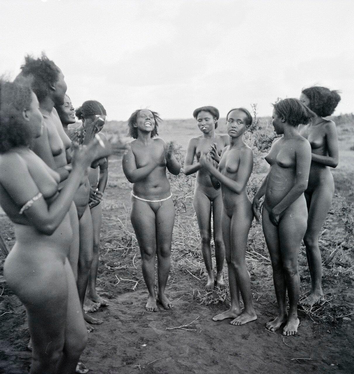 Девушки народности данакиль в перерыве между танцами