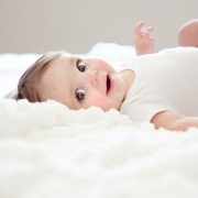 Малыш улыбается
