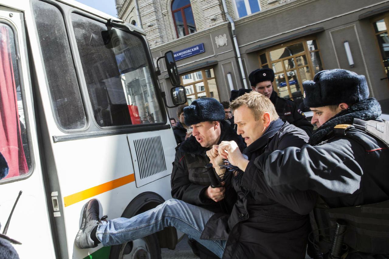 Задержание Навального через 20 минут после начала акции против коррупции в России 26 марта 2017