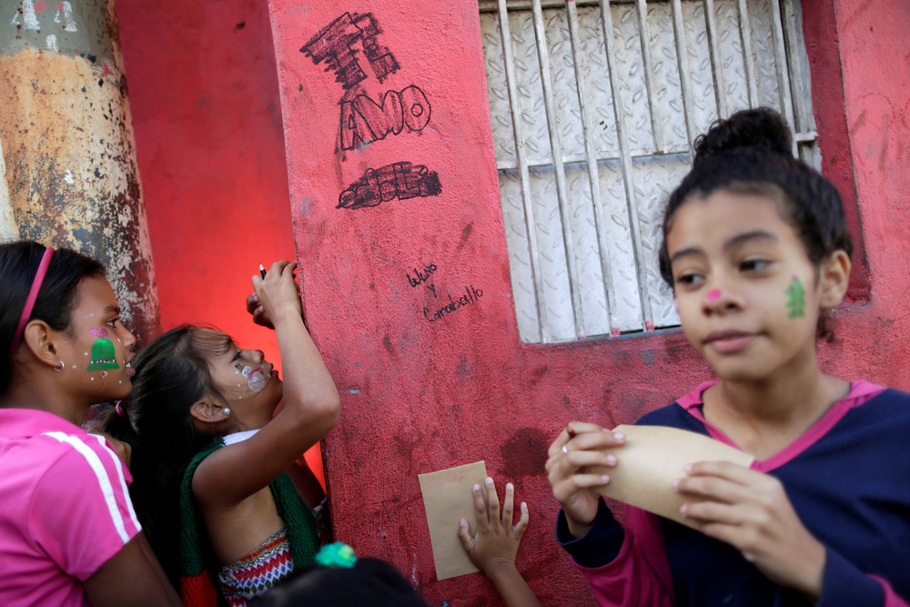 Санта-Клаус в трущобах Каракаса