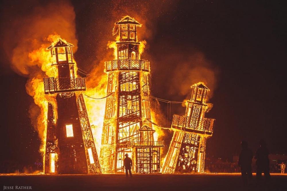 Архитектурное сооружение «Маяк». Ночью строение действительно наполнялось светом ивыполняло