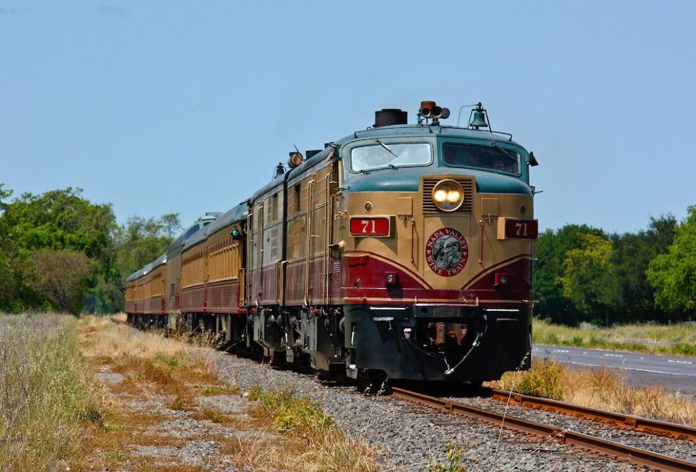 15. По дороге пассажиры «винного поезда» посещают исторические поместья и получают возможность