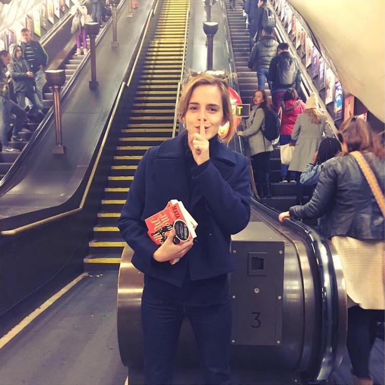Книжная фея: актриса Эмма Уотсон прячет книги в лондонском метро (4 фото)