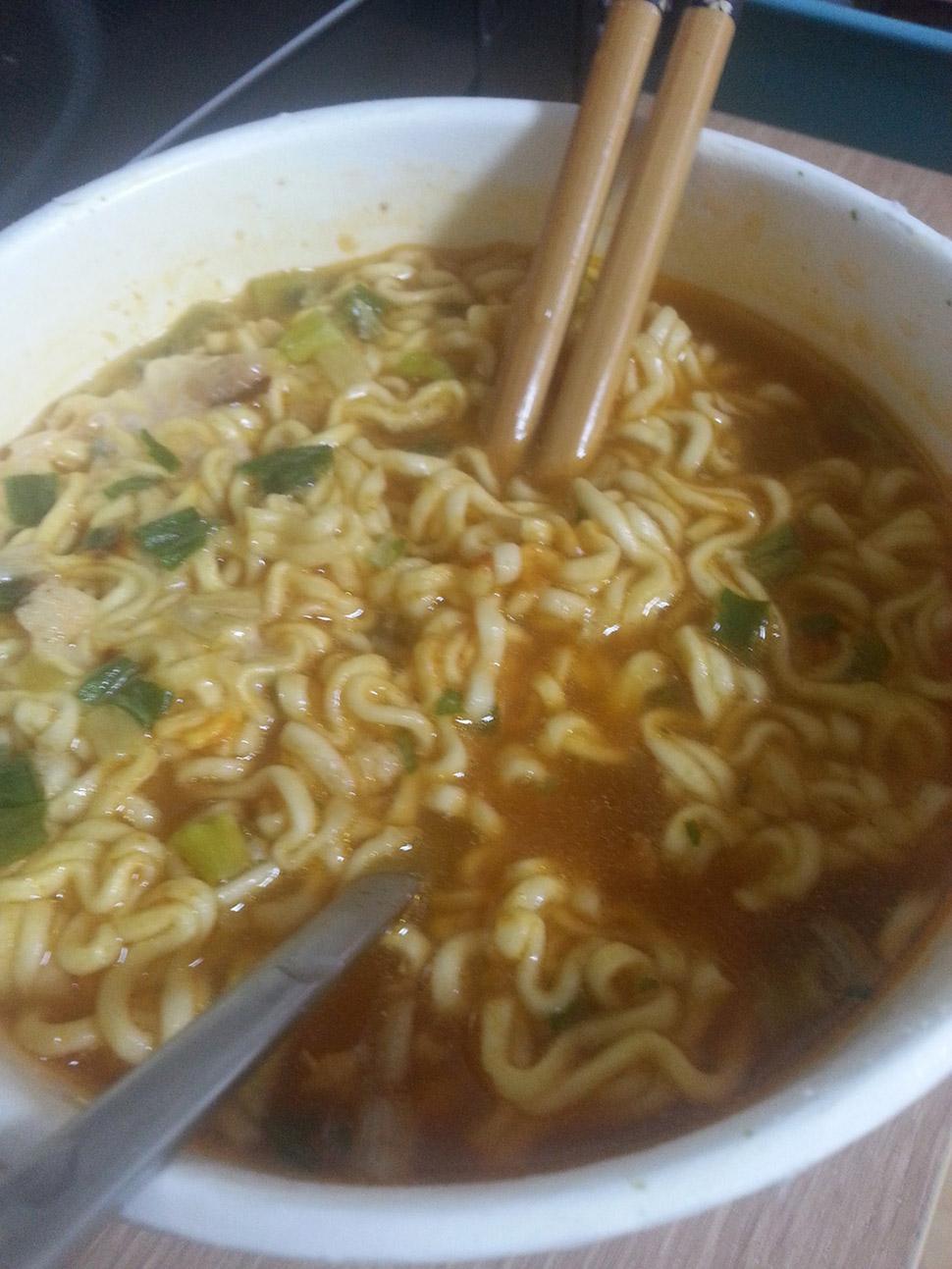 Лапша моментального приготовления, которую так любят азиаты, выглядит не очень заманчиво.
