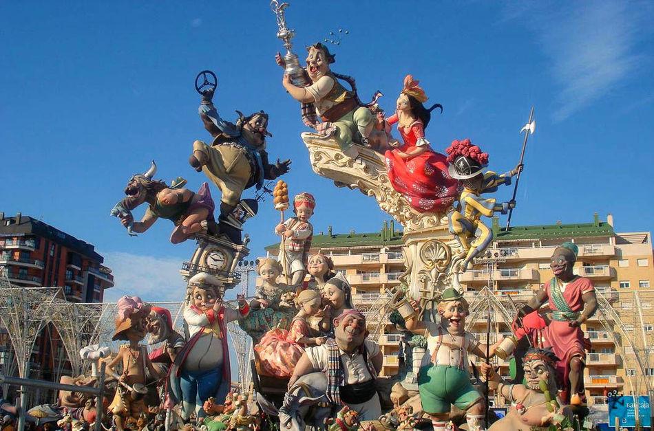 Кульминация праздника приходится на 19 марта: La Crema, день жертвоприношения, — сожжение фигур. Одн