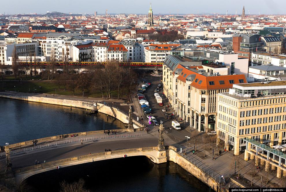 24. Панорама центральной части Берлина. Слева от телевышки на заднем плане — самое высокое здан