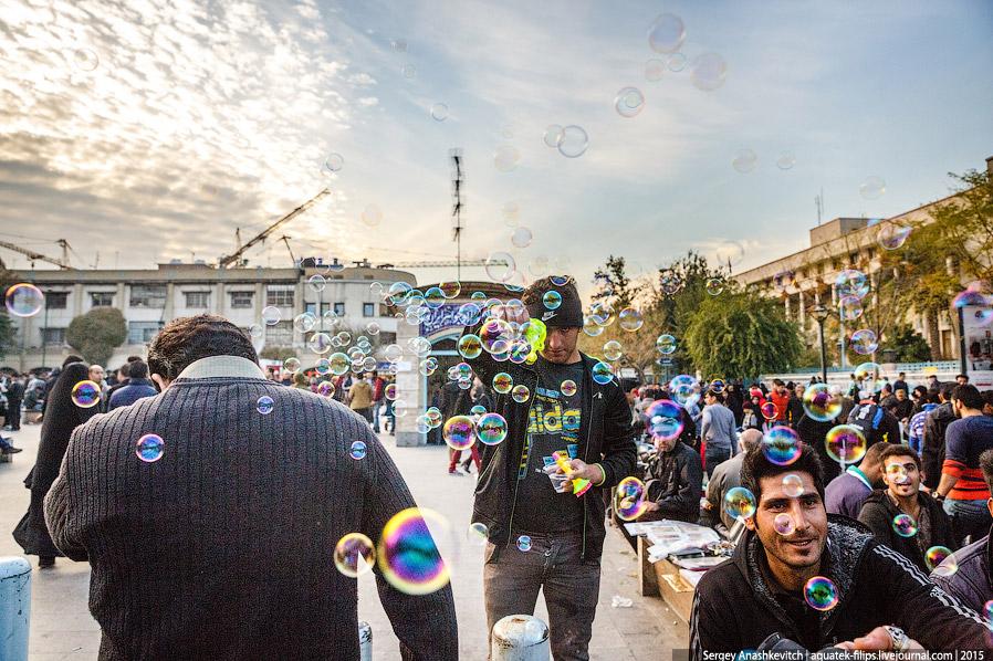 16. Несмотря на окружающую бетонную серость и неопрятность улиц, в некоторых местах Тегеран выг