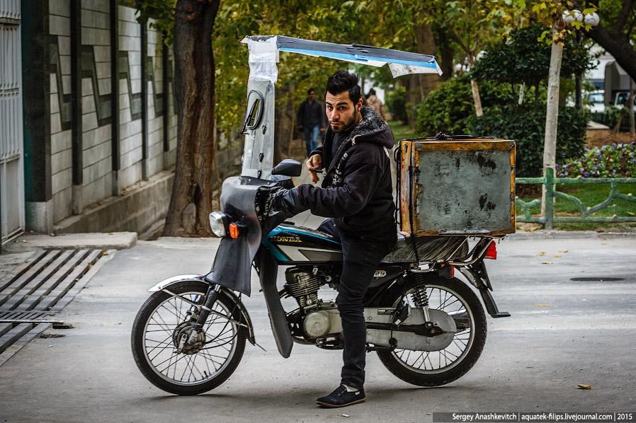 34. Мотоциклисты часто навьючивают на своего коня уйму всякого товара и так передвигаются по го