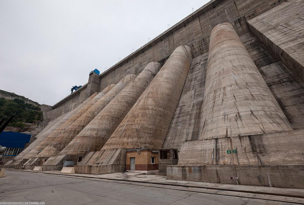 25. Водосброс обеспечивает отброс потока воды на 160 метров от плотины. Внизу видны забетониров
