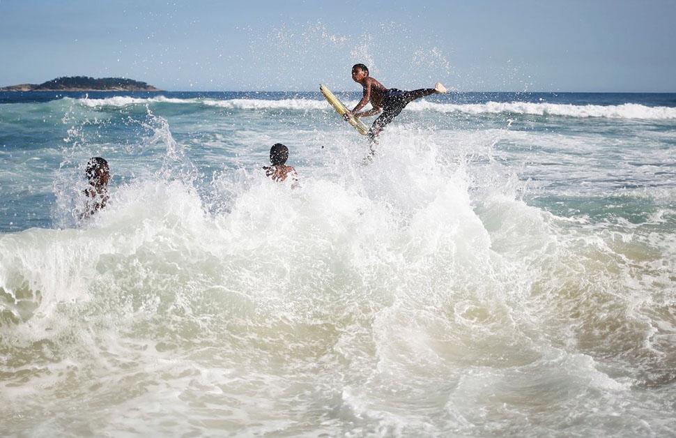 Здесь очень хорошие волны для серфинга.