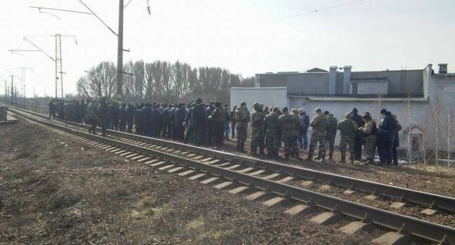 Граждане Конотопа собственными силами прогнали изгорода радикалов из-за блокады железной дороги