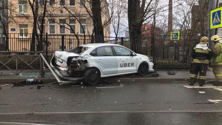 Машина такси влетела вдетский парк наперекрестке улиц Мира иКотовского