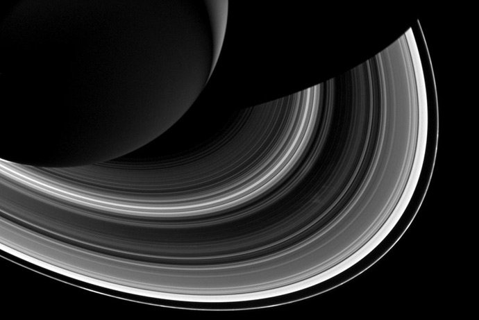 Зонд «Кассини» заснял огромную тень Сатурна наего кольцах