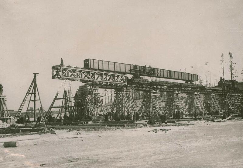 Строительство моста через  Неву у Шлиссельбурга на линии Поляны-Шлиссельбург. 1943 год.
