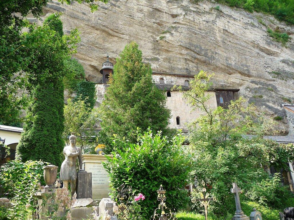 Старинные кельи монахов в скале, внизу кладбище.