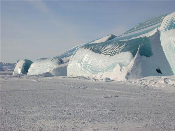 То ли волна замерзла мгновенно, то ли цунами...