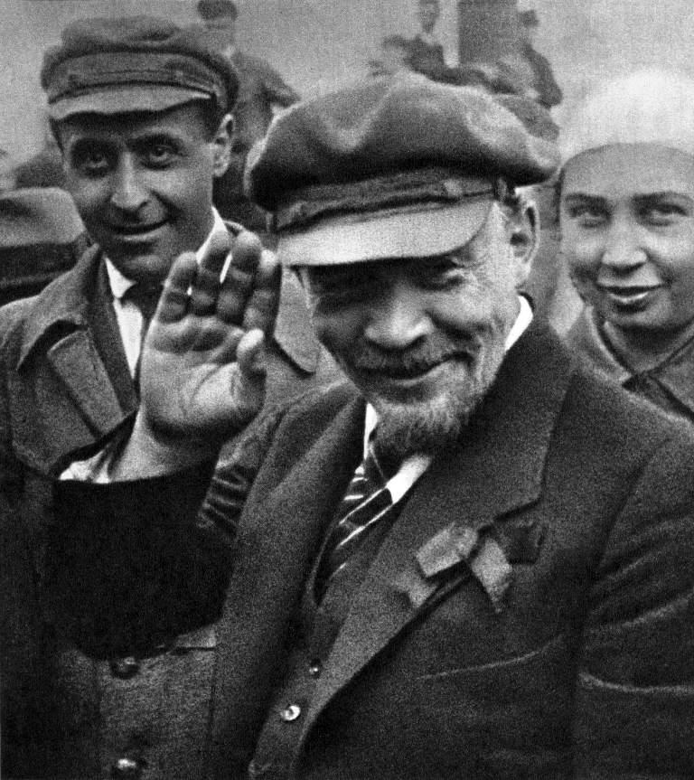 В.И.Ленин на закл. пам. «Освоб. труд». Москва, 1 мая 1920.jpg