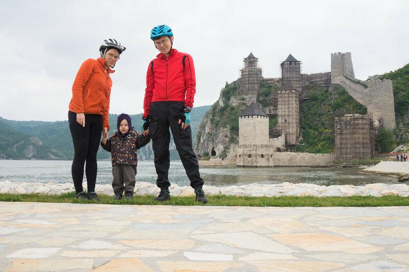 семья в велопоходе у крепости Голубац, сербия