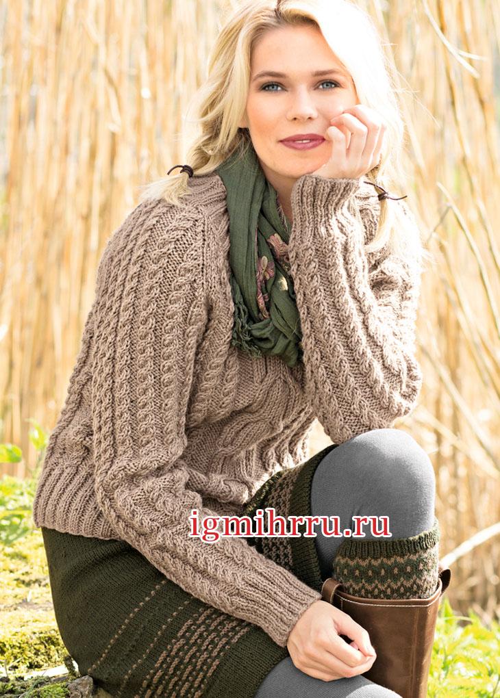 Бежевый шерстяной пуловер с узорами из кос. Вязание спицами