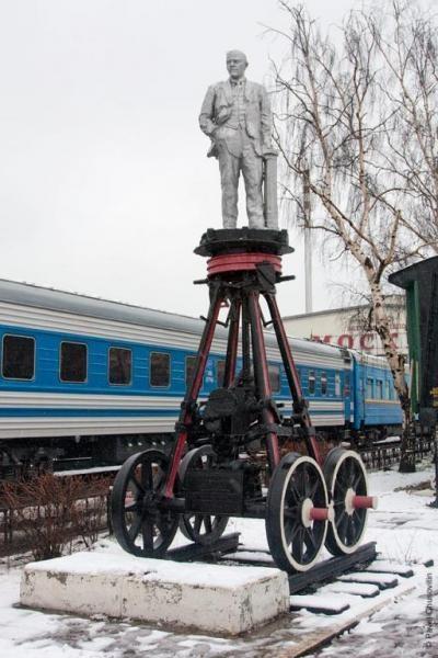 перед локомотивным депо в районе Ленинградского вокзала.jpg