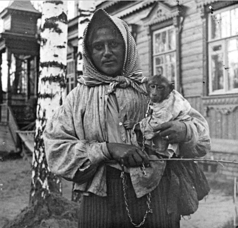 1910. Цыганка с обезьянкой