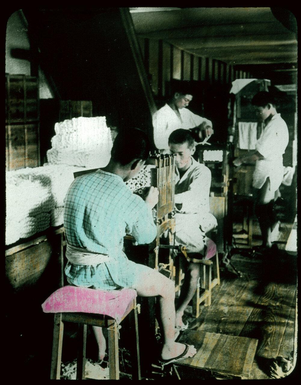 Проверка шелковой нити. 1910